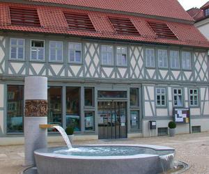 Blick auf das Bürgerbüro mit Brunnen