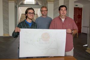 Haben den Plan: Die Studenten der ACBA Samuel Shuler (r.) und Charles Friedmann (l.) mit ihrem Dekan Simeon Warren