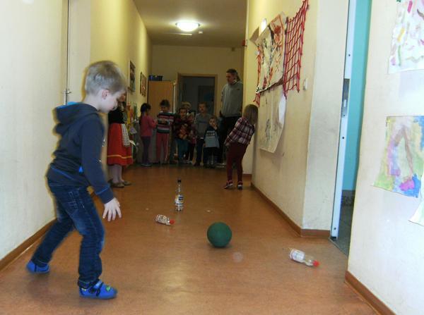 Ballspiel im Flur