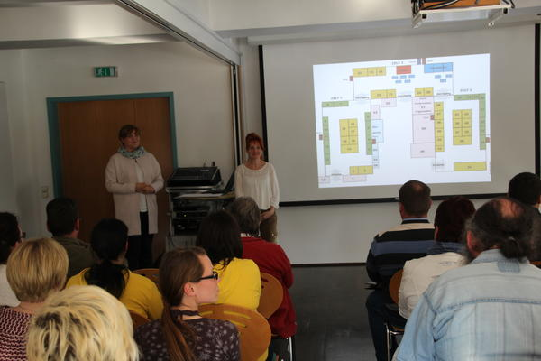 Nicole Job (l.) und Kerstin Weinrich informieren Aussteller zur HUPE