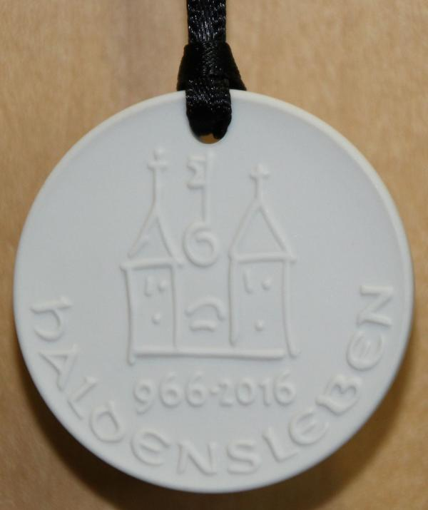 Die Plakette aus Meissner Porzellan zum Stadtjubiläum