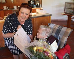 Bürgermeisterin Regina Blenkle überbringt die Geburtstagsgrüße von Ministerpräsident Dr. Reiner Haseloff