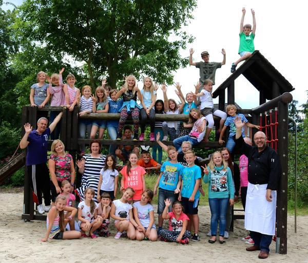 Danke Haldensleben für eine Woche Spaß pur. Die Kids von der diesjährigen »Stadtranderholung« mit Bürgermeisterin Regina Blenke und Mitarbeitern der Jugendherberge