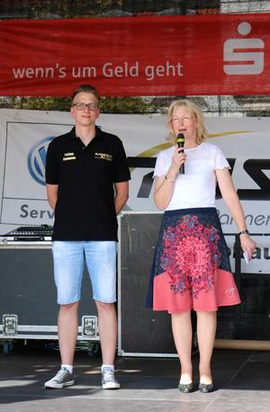 Die Stellvertretende Bürgermeisterin Sabine Wendler eröffnet die 10. Blade & Biker Night zusammen mit Fabian Damerau