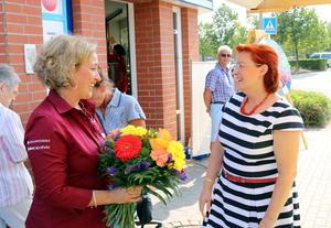 Bürgermeisterin Regina Blenkle gratuliert der Neuen Apothen-Inhaberin Rabea Neubauer