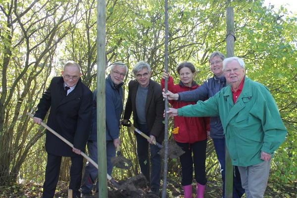 Lindenpflanzung im kurzen Bogengang: v.l. Landrat Hans Walker, Joachim Hoeft, Dr. Harald Blanke, Heike Tänzer, Doreen Scherff und Claus Mangels