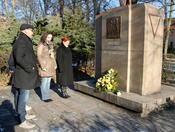 Bürgermeisterin Regina Blenkle (v. re.), Dezernentin Andreas Schulz, Klazus Dieter Albrecht und Stadtrat Ralf W. Neuzerling (Die Fraktion) vor dem Mahnmal am Alten Friedhof