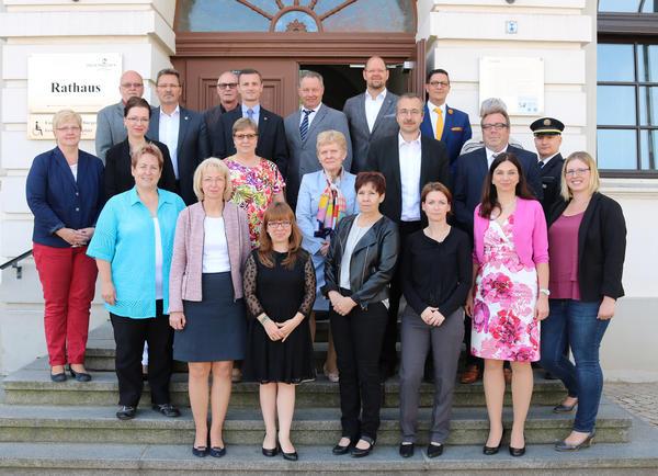 Haldenslebens stellvertretende Bürgermeisterin Sabine Wendler (1. Reihe li.) empfing 21 Gäste zur Bürgermeisterberatung im Rathaus