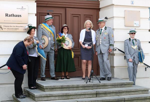 Stellvertretende Bürgermeisterin Sabine Wendler spricht zu den Gästen der Zeremonie, links neben ihr das neue Königspaar Andrea und Gerhard Klaus