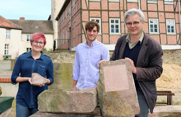 Georgia Yarbrough, Cooper Ball und Dr. Harald Blanke zeigen die ersten Arbeitsergebnisse