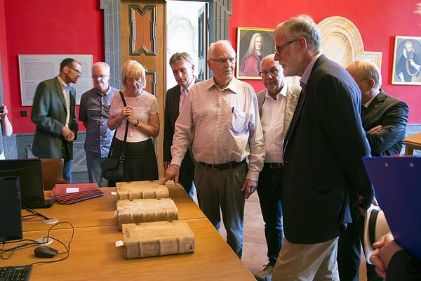Prof. Reimar von Alvensleben (Mitte) im Gespräch mit Staatsminister Rainer Robra (vorn). Foto: Joachim Hoeft