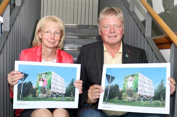 Sabine Wendler und Dr. Dieter Naumann zeigen im Bürgerbüro die zur Wahl stehenden Varianten.