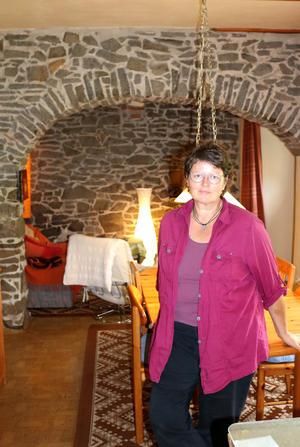 Karen Beyer in ihrem Haus in Hundisburg, im Hintergrund die ehemalige Schwarze Küche
