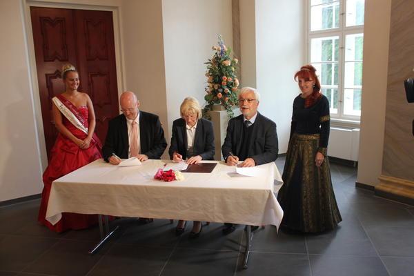 Touristische Kooperation besiegelt: : v.l. Rosenkönigin Luisa I., Uwe Schmidt, Sabine Wendler, Joachim Hoeft, Kerstin Weinrich alias Gertrud von Haldensleben