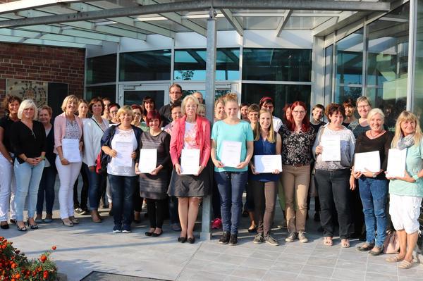 Stellvertretende Bürgermeisterin Sabine Wendler (Mitte) mit Fachkräften und Elternvertretern nach der Übergabe der Qualitätshandbücher