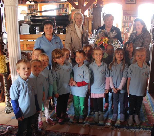Die offiziellen gratulanten der Stadt Sabine Wendler und Carola Aust mit  Jubilar Kurt Hegner und den Kids der Kita Regenbogen