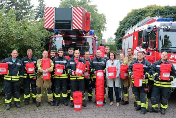 Die Kameraden vor dem Ausschwärmen. Mit dabei: Dezernentin Andrea Schulz (Reihe vorn) neben der Sachbearbeiterin für Feuerwehrangelegenheiten Susann Pohl.