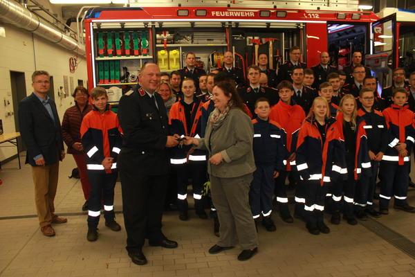 Carola Aust übergibt die Schlüssel für das LF20 an Stadtwehrleiter Frank Juhl