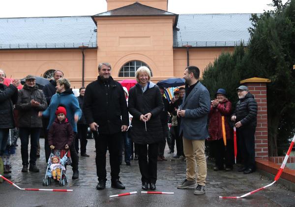 Von links: Pfarrer Winfried Runge, stellvertretende Bürgermeisterin Sabine Wendler und Pfarrer Jens Schmiedchen gaben gemeinsam das neugestaltete Kirchenumfeld frei.