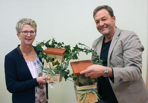 Zwei Vogelhäuschen übergab Ortsbürgermeister Mario Schumacher an Kita-Leiterin Cornelia Schmidt.