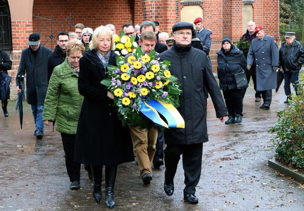 Die stellvertretende Bürgermeisterin Sabine Wendler und Stadtratsvorsitzender Guido Henke führten den Trauerzug an. Gemeinsam legten sie im Anschluss den Kranz der Stadt am Gedenkstein nieder.