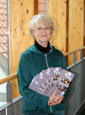 Renate Schmidt, Leiterin der Kulturabteilung, zeigt die druckfrische Ausgabe des Haldensleber Kulturkalenders 2018.