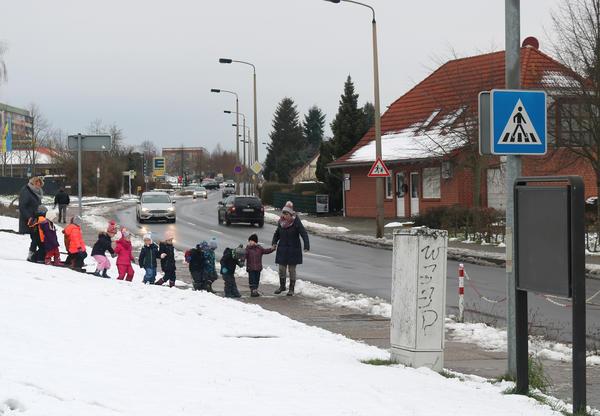 Eine Kindergarten-Gruppe nahe dem Fußgängerüberweg am Rollibad. Hier beginnt das Tempolimit in Richtung Süplinger Straße.