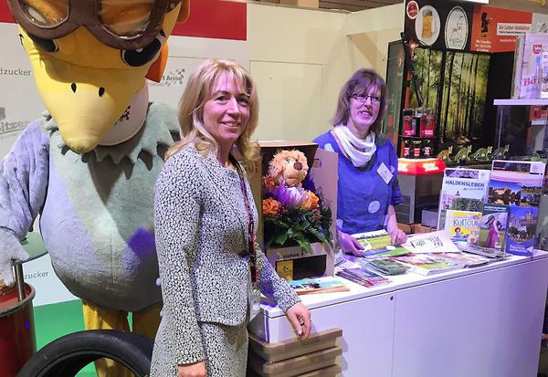 Astrid Seifert (re.) auf der Grünen Woche zusammen mit Manja Wuttke vom Landkreis Börde
