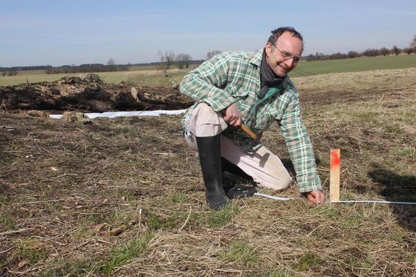Dr. Christoph Rinne von der Uni Kiel beim Markieren eines Vermessungsfeldes