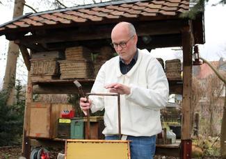 Rüdiger Ostheer kontrolliert die Wabenrähmchen, die später voller Honig sein werden.