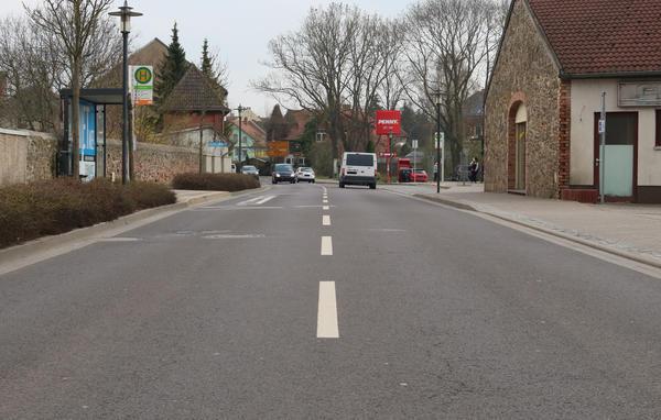 Die Neuhaldensleber Straße in Olln zwischen Kreisel und Große Str. - Bushaltestellen und mehrere Einfahrten erlauben leider nicht das Anlegen eines Fußgängerüberweges