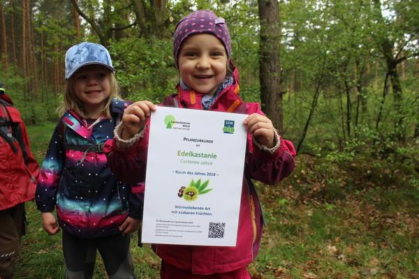 v.l.: Frida und Antje zeigen stolz die Urkunde für den Einsatz der Waldkinder