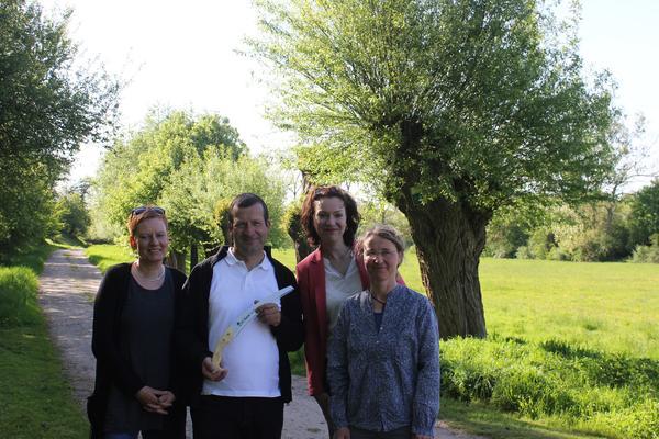 Ein passendes Werkzeug zum Köpfen der Kopfweiden überreichten Andrea Schulz (2.v.r.) und Christina Wiegmann (r.) an Detlef Wendt (2.v.l) li: Ehefrau Sylvia Wendt, die das Engagement ihres Mannes unterstützt