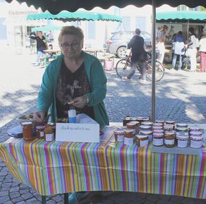 Annedore Baumgart aus Rätzlingen hat wieder leckere selbst produzierte Marmeladen dabei.