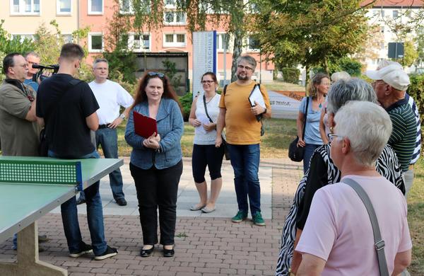 Bu: Stadtteilspaziergang Rolandgebiet: Die 2. stellv. Bürgermeisterin Carola Aust (Mitte) begrüßt die Teilnehmer.