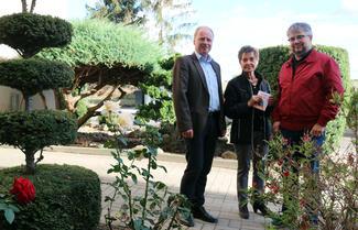 Mitgemacht und gewonnen: Luise Gatge erhielt einen Gartencenter-Gutschein von Bauamtsleiter Holger Waldmann (li.) und Quartiermanager Sebastian Lopitz.
