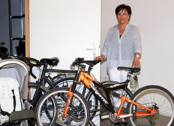 Sachgebietsleiterin Simone Groß zeigt einige Fundfahrräder. Mehr als 30 davon werden versteigert.
