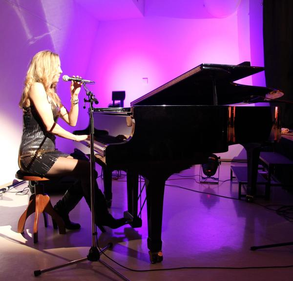 Kua_Melanie_Dekker_in_concert