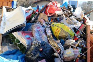 Die groben Silvester-Überreste wurden per Hand eingesammelt, landeten in Containern