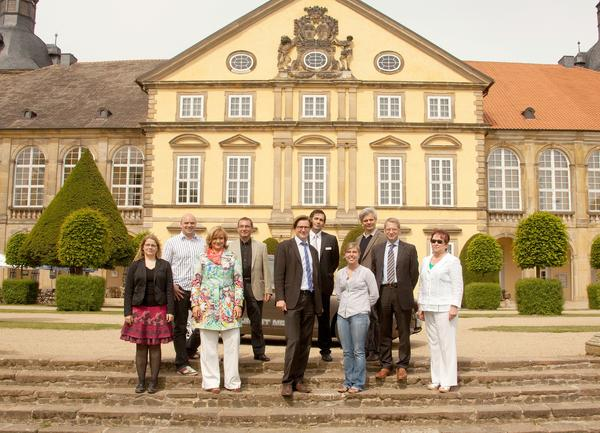 charme - Emily mit den Initiatoren und Sponsoren vor dem Schloss Hundisburg